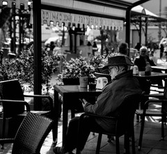 seduto in quel caffè (fiore_lla4ever) Tags: aspetto un messaggio sms short message service seduto quel caffè telefono uomo col cappello black white isola di san pietro canon eos 6d flower