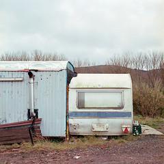Traumhaus gesucht... (derChambre) Tags: film shotonfilm analog yashicamat124g kodakportra400 wohnwagen trailer immobilie mobilie hellblau grün braun gemütlich gammel