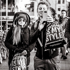 it's my style (Gerard Koopen) Tags: nederland amsterdam capital city itsmystyle shopping people man woman sunglasses candid tourists bw blackandwhite blackandwhiteonly straat street straatfotografie streetphotography fashion fujifilm fuji xpro2 56mm 2017 gerardkoopen streetlife