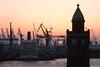 Hafenlandschaft (Lilongwe2007) Tags: hamburg deutschland landungsbrücken sonnenuntergang hafen oriana kreuzfahrtschiff schiffe industrie architektur pegelturm elbe stintfang aussichtspunkt