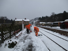 Phill, Lee, Michael and Martyn clear snow off the platform 3Mar18