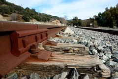 Hierro y madera. Iron and wood (.Guillermo.) Tags: madera wood iron cielo sky via track tren train estación station hierro