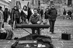 Bologna (Italy) - Piazza Re Enzo (Massimo Battesini) Tags: bologna emiliaromagna italia it olympusem5markii olympus em5markii mzuikodigitaled124028 zuiko olympus1240mmf28 piazza place square plaza musicisti musiciens musiciensderue musicistidistrada artistidistrada suonatore cantante musicos musicien musicienderue artistadistrada musicista streetartist artistederue artistacallejero street spectaclesderue buskers músicadecalle artisti artista artist centrostorico zentrum centreville centromedievale centremédiéval medievalcenter centromedieval città ville city stadt town ciudad photographiederue streetphotography fotografiaderua photosdelavie escenacallejera piazzareenzo italy italien italie europe europa
