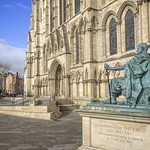 York Minster and statue of the Roman Emperor Constantine thumbnail
