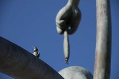 Haring eten (kruytflo) Tags: sprookjesbeelden aan zee tom otterness scheveningen