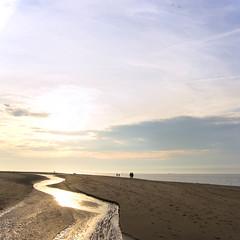 Een gouden avond op het strand (Photographer Simon) Tags: strand avond renesse zee wolken hemel zon zand zwin mensen wandelaars kleuren goud structuren
