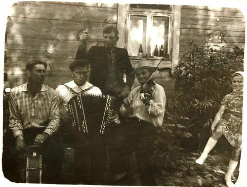 3. В.К. Прыбышчук з маладымі музыкамі. Справа - унучка Святлана. Вёска Гаравата, прыбл. 1966 г