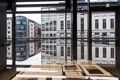 Die Stadt in der Vitrine (tan.ja1212) Tags: gent belgien belgium bücherei library spiegelung reflection häuser vitrine showcase fenster windows fassaden facade stadt city bücher books