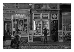 MAASTRICHT (NL) - ALTSTADT (Babaou) Tags: niederlande nederland limburg zuidlimburg maastricht altstadt maas sw bw nb street rijksmonument architektur baudenkmal giebelstein indenspiegel