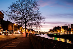 Dublin after the sunset (rafpas82) Tags: dublin liffey ireland riverliffey irlanda republicofireland dublino street streetphoto streetphotography river fiume albero tree orablu blu bluehour luci split weekend fuji fujinon fujifilmx100t x100t cielo sky city città trails