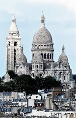 we toren erboven uit (2) (roberke) Tags: kerk church sacrecoeur basiliek basilique basilica montmartre paris parijs huizen houses daken rooftop trees bomen sky lucht clouds wolken