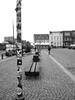 Weite und Höhe (malp007) Tags: hafen husum nordfriesland schleswigholstein stadt winter by city town blackwhite monochrome experiment dof outoffocus unscharf schärfentiefe menschen man pfahl laterne bildaufbau