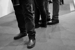 Posture (Colombaie) Tags: mostraleika artemisiagroup roma mostra igrandimaestri leika fotografia fotografi vittorano città urbe metropoli meraviglie gente persone unaware street bn bw museumgoers exibition gambe piedi visitatori uomo uomini donna guardare posizioni equilibrio antropologia