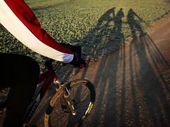 Uno para todos y todos para uno (Markus' Sperling) Tags: bike bicicletas bici mount gambier msracing merida ciclistas cyclists ciclism ciclismo ciclisme camino shadow sombra ombra rural path cami btt mountain mtb deporte sport esport