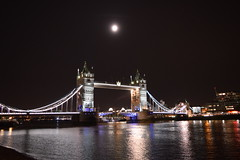 Falling Down (Cel Red) Tags: london londres england inglaterra united kingdom reino unido noche landmark puente luna bridge ciudad city