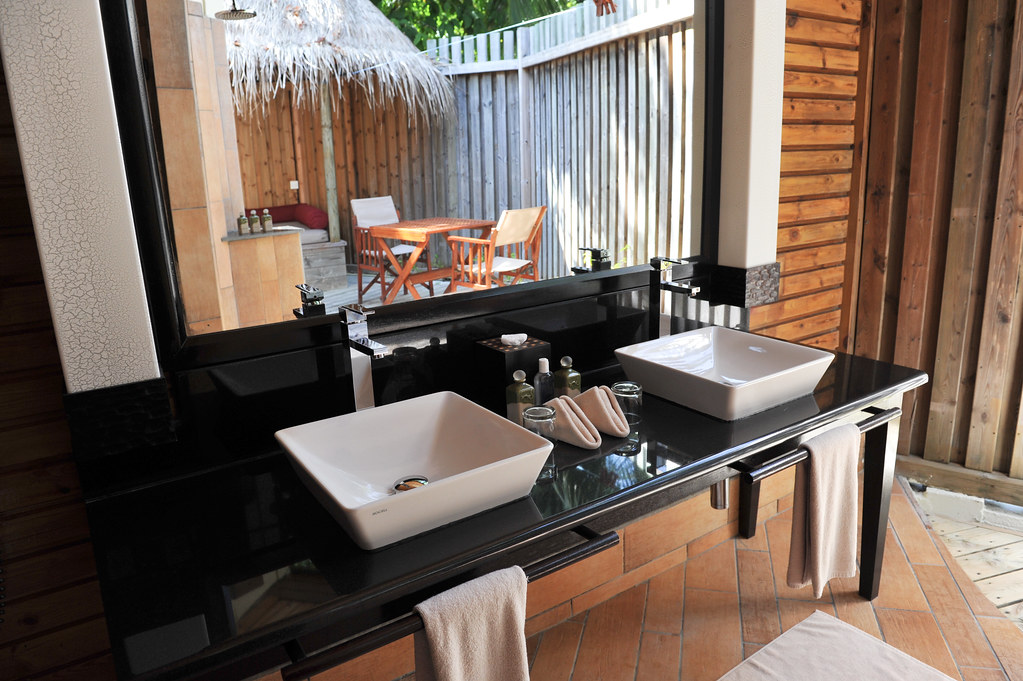 Komandoo Jacuzi Beach Villa Bathroom