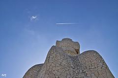El avión (svet.llum) Tags: barcelona catalunya cataluña arquitectura gaudí pedrera cielo avión paisaje ciudad edificio edifici