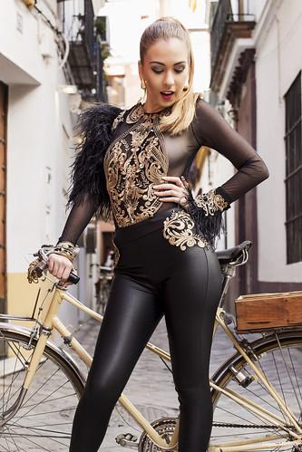 12 Conjunto negro y dorado con plumas