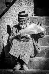 Portrait Maroc (ichauvel) Tags: maroc morocco chefchaouen chaouen chechaouen rif portrait homme man adulte fumer smoking escalier stair djelaba assis sitting afriquedunord northafrica magreb voyage travel scénederue streetphotography portraitderue streetportrait noiretblanc blackandwhite exterieur outside