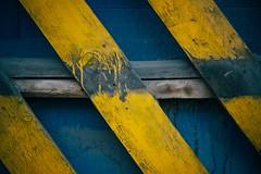 Transverse (Tom Levold (www.levold.de/photosphere)) Tags: fuji fujixpro2 isfahan esfahan xf35mm zaun gelb bretter yellow blue fence planches blau