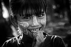 Ngapali smile (Ma Poupoule) Tags: burma myanmar birmanie asie asia enfant enfants children nb noirblanc blackwhite biancoenero bianconero bw black dent dents teeth porträt portrait ritratti ritratto retrato monochrome