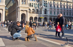 "Say ""Cheese!"" (schreibtnix on 'n off) Tags: reisen travelling italien italy mailand milan galleriavittorioemanueleii dom cathedral domplatz piazzadeduomo menschen people fotografieren takingpictures say""cheese olympuse5 schreibtnix"