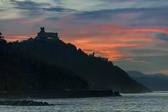Atardecer de Enero (cruzjimnezgmez) Tags: enero invierno paisaje atardecer monte igeldo faro mar oceano costa cielo nubes