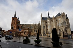 Astorga (León). Palacio Episcopal de Antonio Gaudí y Catedral (santi abella) Tags: astorga león castillayleón españa palacioepiscopaldeastorga antoniogaudí arquitecturamodernista