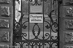 Forbidden Garden ([WK] Wolfgang Klein) Tags: durchgang garten park passage schild verbot verbotsschild ban garden plate prohibition sign tag transit