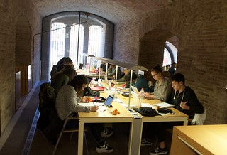 Students at the UPF Library.