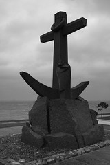 Sad day (lignesbois) Tags: france nouvelleaquitaine gironde arcachon port mer noiretblanc nb blackwhite bw sculpture pentaxart pentax k3ii smcpentaxfa24f2