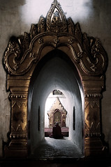 (cherco) Tags: monk monje myanmar temple templo buddha budismo buddhism light frame framing perspectiva perspective composition composicion colour marco man canon canoneos5diii ventana window