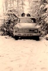 deux femmes derrière une wartburg 311 dans la neige (desfemmesetdesvoitures@yahoo.fr) Tags: wartburg ddr rda allemagne de lest est 1950 1960 311 312