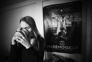 Mademoiselle boit son thé.