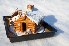 The gingerbread log cabin (V) (dididumm) Tags: gingerbreadlogcabin christmas winter snow baking homemade selbstgemacht backen gebäck schnee weihnachten lebkuchenblockhaus lebkuchenblockhütte lebkuchen