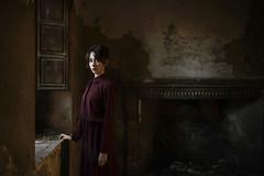 V e s t i g i u m (Tania Cervián) Tags: seleccionar woman portrait picture pintura paint abandoned home light window luz ventana canon taniacervianphotography