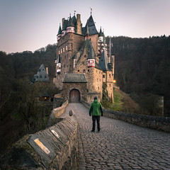 Open your gates! (redfurwolf) Tags: castle castleeltz burgeltz person medieval outdoor building architecture road gate wall tower sky forest winter mystical redfurwolf sonyalpha a99ii sony sonyimaging travel mustsee mosel moselkern germany rheinlandpfalz eltz selfie