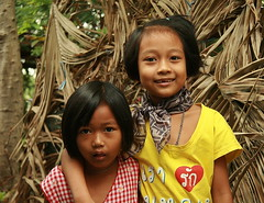 sisters and dried palm fronds (the foreign photographer - ฝรั่งถ่) Tags: two sisters kids children khlong thanon portraits bangkhen bangkok thailand canon