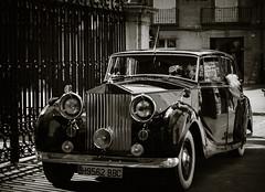 Antiguo, precioso (ariasa12) Tags: coche antiguo negro hombre