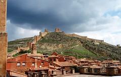 Albarracín (Teruel) (Eduardo OrtÍn) Tags: castillo muralla nubes aragón teruel albarrracín torre tejados casas