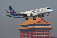 "Embraer, 190-100IGW, B-16828, ""Mandarin Airlines"", RCSS, Taipei, Taiwan (Daryl Chapman Photography) Tags: ae mda taiwan taipei landing arrival canon 5d mkiii 70200l embraer 190 190igw 19000190 aviation aviationphotography plane planes planespotter"