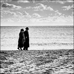 הם רצו לצאת לטייל על החוף (The 1 Big Cheese) Tags: boscombe beach sea sand sky stroll canonef24105mmf4lisusm canoneos5dmarkiii