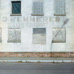Gammelbaustoffhandel (derChambre) Tags: 008 kodakportra400 yashicamat124g analog film shotonfilm hafen baustoffhandel gammelfassade lampe schatten fenster zugemauert hanau