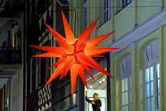 Es ist angerichtet (ploh1) Tags: freiburg fischerau herrnhuterstern weihnachtsstern weihnachten weihnachtsstimmung nachtaufnahme rot beleuchtet leuchtend tradition häuserfassade