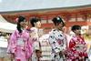 Jeune filles en Kimonos pour une visite dans le Parc de Mayurama de Kyoto, Japon (Christian Chene Tahiti) Tags: canon 7d japon japan travel voyage kyoto parcdemayurama portrait geisha kimono coloré couleur colour people fille temple rose bleu rouge orange blanc japonaise