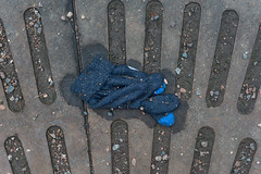 Knitted Glove (pni) Tags: whatremains clothing strw knitted glove blue metal grate helsinki helsingfors finland suomi pekkanikrus skrubu pni