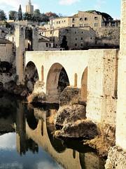 Besalú pueblo medieval en Girona. (Ana De Haro) Tags: besalú girona catalunya cataluña catalunyaexperience medieval puente reflejos agua rio lagarrotxa