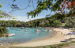 Praia dos Ossos - Búzios - RJ (Miro Carvalho) Tags: flamboyant barcos enseada penílsula água paisagem areia praia céu barco