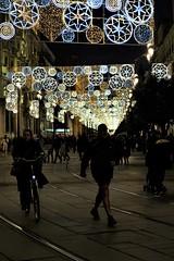 Paseando por Sevilla (ameliapardo) Tags: sevilla ciudades andalucia españa iluminacion iluminacionnavideña luces calle bicicleta paseo personas fujixt1