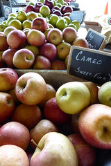 Cameo (nrg_crisis) Tags: apples farmersmarket depthoffield chalkboard northcarolina